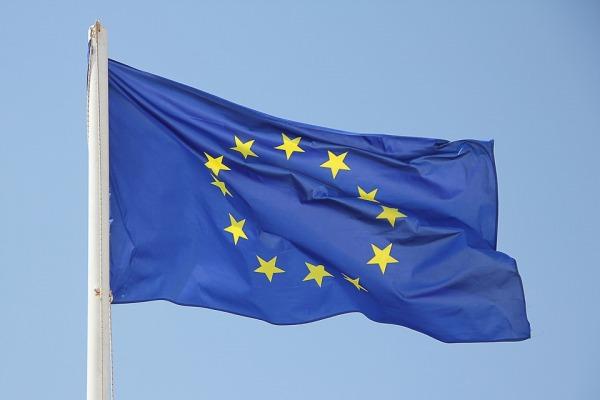 De vlag van de Europese Unie wappert in de wind